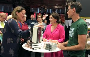 Under bokmässans Crimetime bjöds på många paneldiskussioner och hög kändisfaktor. Här är det Camilla Läckberg och Håkan Östlundh som signerar böcker.