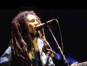 Bob Marleys låtar får nytt liv när reggaetrubaduren Simon Peter gästar Rotundan.  Foto: TT