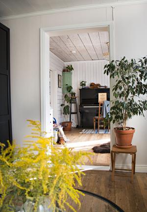 Från vardagsrummet ser man in i det gamla matrummet som just nu används som musik- och lekrum.