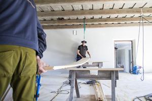 Ännu arbetar hantverkarna på för att göra ladugårdskaféet redo för nyöppningen den 25 maj.