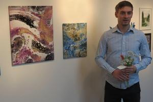 Igor Solomko med två av sina verk. Foto: Max Möllerfält