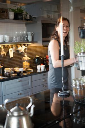I det helt nyrenoverade köket trivs Maria.