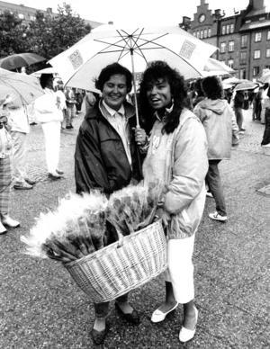 Agneta bäckman och Carina Ljung sålde blommor i regnet.
