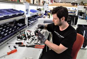 Den här tiden på året har det mesta sålts och en period av service har tagit vid. När nästa säsong påbörjas kommer nästa boom av färdigställande av nya maskiner. Linus Berglund servar.