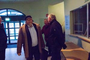 Roland Karlsson på väg in på Forum.