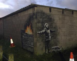 Graffitikonstnären Banksy har slagit till i Port Talbot i Wales. Bild: Rachel Honey-Jones/AP/TT