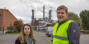 Anna Mårtensson och Johan Granås ansvarar för miljöarbetet på Hälsinglands största utsläppskälla av fossilt koldioxid.