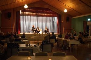 Drygt 50-talet personer hade anslutit till Kluksgården för att vara med på prisutdelningen. Martin Johansson, Håkan Borgsten och Malin Palmqvist läste två scener ur Martin Johanssons kommande dramatisering om konstnären Berta Hansson från Hammerdal.