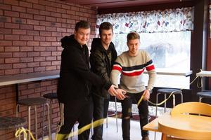 Här inviger Robin Westerholm, Axel Grobecker och Oliwer Axelsson sina barbord som är monterade längs fönstret och väggen bakom dem.
