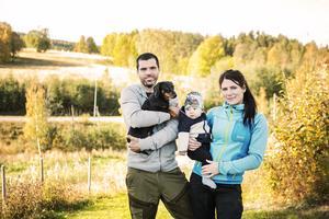 Lars Hansson och Emilie Häggblom tillsammans med sonen Troy och taxen Sickan.