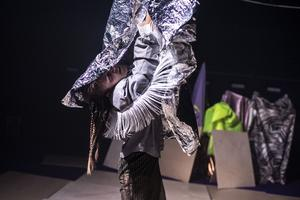 Chrisander Bruns kostym växlar mellan normativa och utflippade. Foto: Chrisander Brun