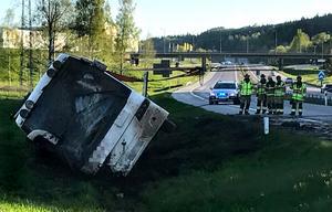 Bussen med cheerleadingungdomar välte i diket på E4 i höjd med Bydalen.