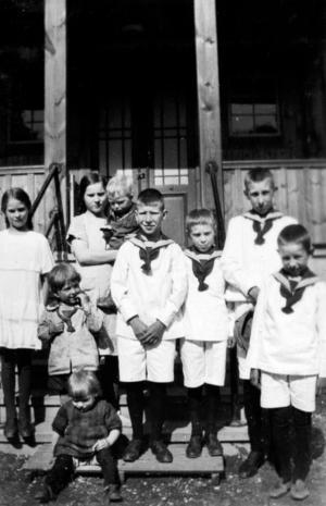 Barn utanför Sparvboet. Längst fram May Halén. Foto: May Haléns privata album