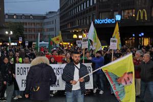 Demonstrationståget gick från centralen till Sigmatorget.  Stoppa den turkiska ockupationen var budskapet.