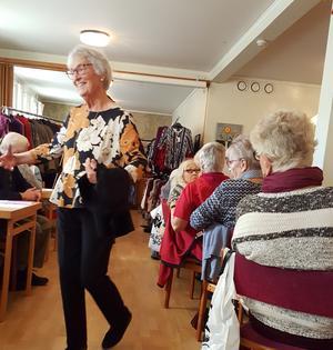 Ulla Olsson mannekängar. Foto: Karin Gustavsson.