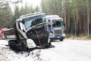 Fronten på en av lastbilarna fick krockskador.