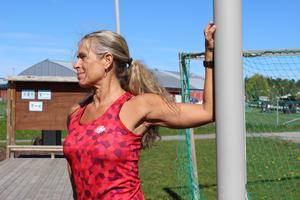 Bröstmuskeln. Gör som Carina och luta din arm mot en pelare. Funkar även att göra övningen mot en vägg eller att någon håller emot.