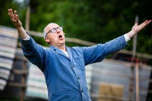 Jan Sundberg spelar drängen Axel och har skrivit manus till Föllingefarsen.