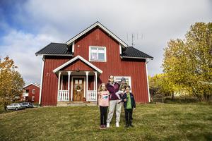 Familjen Andersson är första familj att flytta till Kaxås inom ramen för den husförsäljning som drivs av Projekt Kaxås. Här: mamma Lotta och barnen Anny, Edit och Jonas. Pappa Thomas är på jobbet i Östersund.