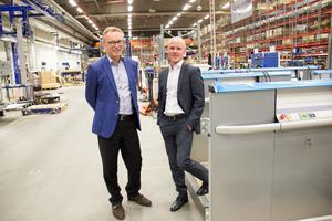 Mats Engblom lämnar över vd-posten till Per Lidström. När bilden tas är det slut på arbetsdagen i Gävlefabriken.