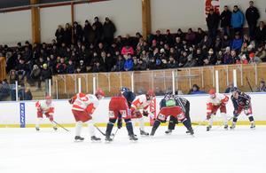 Klassikermötet Skedvi/Säter IF-Hedemora SK lockade 293 åskådare till Kristinehovs ishall under onsdagskvällen. Hemmalaget vann och har nu 1–0 i matcher i playoffserien som avgörs i bäst av tre. Nästa match spelas i Hedemora på fredag.
