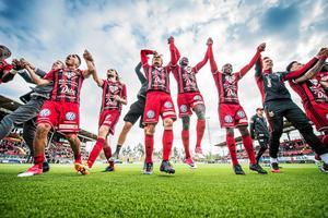ÖFK jublar efter segern i Norrlandsderbyt hemma mot GIF Sundsvall. Bild: Viktor Sjödin.