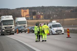 Efter att ha upplevt farliga situationer på E4:an söder om Järna har Trafikverket vid det här arbetet valt att ta in ytterligare en TMA-bil, så att tre bilar bildar en chikan. De tre TMA-chaufförerna försöker vistas mycket utanför bilarna, för att synen av människor på vägen verkar dämpa körtempot.