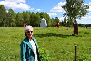 Alma Löv museum kan stoltsera med flera verka av Peter Johansson, bland annat den orangea kyrka som syns i bakgrunden.