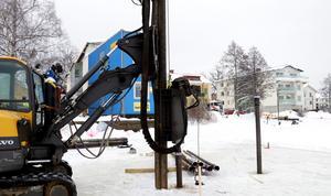 Pålning pågår där brygga och soldäck vid Lindessjön nedanför Gamla Strandskolan ska byggas.