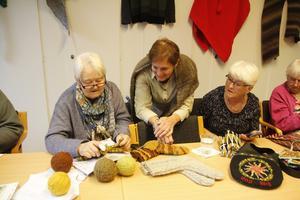 """""""Handarbete sänker blodtrycket, om det inte är för svårt mönster förstås"""", säger Mona Nyfjord och kollar in vad Inger Arvidsson gör. Till höger Rosita Högberg och Ulla Nyfjord."""