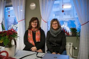 Solveig Bodare och Lena Eriksson inne i samlingsrummet i nya Träffpunkt Gränden. Här ska de äldre stråla samman för aktiviteter, och lättare kunna komma i kontakt med hälsofrämjaren och anhörigsamordnaren.