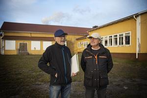 Sven-Åke Larsson, sekreterare och Kennet Johansson, ledamot i Vallviks intresseförening, hoppas att de hittar rätt köpare.