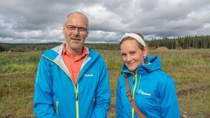 Pär Nordström och Caroline Hildahl är två projektledare hos Jämtkraft kring bygget och utvecklingen av en av landets största solcellsparker. Under de senaste veckorna har den sex hektar stora ytan röjts från sly och skog.