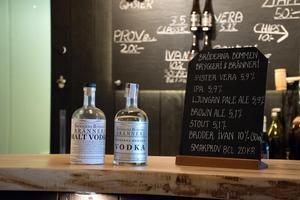 Den egentillverkade vodkan börjar serveras på restaurangerna redan nu i sommar.
