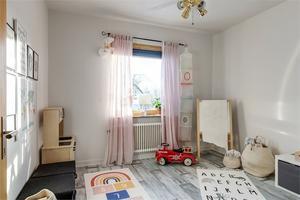 Ett av sovrummen har inretts till barnrum. Foto: Fastighetsbyrån.
