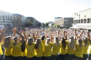 Tusentals hade tagit sig till Götaplatsen för att visa sin kärlek till laget.