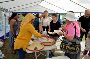 Maten hade en strykande åtgång. Många ville prova på de exotiska rätter som  bjöds under Lindedagen.