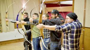 Per Myhr, närmast i bild, spänner bågen för bågskytte i Hedeviken.