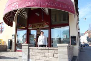 Sofie Jutner, näringslivsutvecklare på Hedemora kommun, vid entrén till Centrumgallerian.
