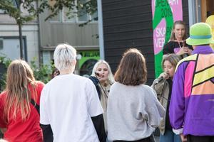 Hilda Björkman och Kim Norrstrand som ligger bakom rapduon Upplopp upptäcktes av Sara Herou, från NBV, på musiklägret Martha Music camp och bokades till Musikgäris på Open Art.