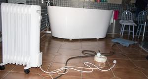 Hundratalet meter svarta och vita kablar slingrar sig nu från garaget in i huset via fönstret på toaletten och vidare till köket, vardagsrummet, sovrummet och så vidare runt till alla rum i huset.