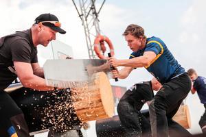 Hans-Ove Hansson hjälper här Ferry Svan under grenen Single Buck där det krävs en medhjälpare så att den långa handsågen inte kör helt fast. Foto: Daniel Grund