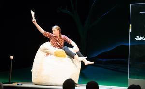Matilda Kjellmor  spelar en hel del fysisk teater och gr parodier - men väcker också tankar om hur vi själva vill att våra barn ska minnas oss.