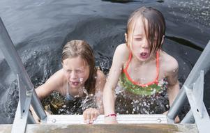 Här är beviset. Astrid Högberg, 7 år, och Ines Synderå, 7 år, var modigast i Surfbukten när ÖP kom förbi på lördagen.