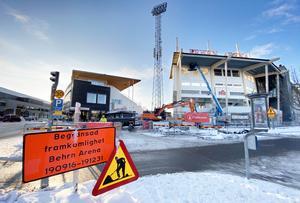 Markarbetet vid Behrn arena har dragit ut på tiden och kommer inte att vara klart före nyår vilket utlovas på byggarbetsskylten.
