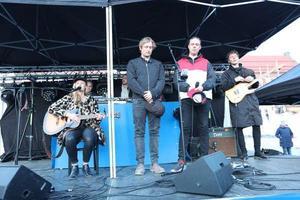 Från vänster: Andrea Lundquist, Calle Hedman - arrangör för minnesceremonin - tillsammans med Kalle Forsberg och Robin Sundman.Foto: Anneli Åsen.
