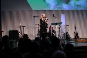 Pastorn Gabriella Grönberg predikar i Pingstkyrkan i Västerås. Foto: Ylva Stenlund
