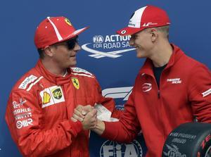 Mick Schumacher, till höger, tillsammans med Kimi Räikkönen under Italiens GP på Monza för två veckor sedan. Kan de båda bli teamkompisar i Sauber framöver? Foto: Luca Bruno/TT