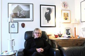 På väggarna i Eva Runefelts lägenhet hänger tavlor och bilder på djur och barn.