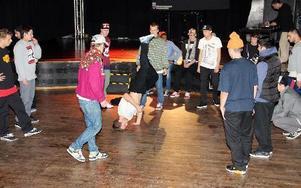 Hiphopare från hela landet värmde inför tävlingen King of the Floor på Cozmoz i helgen. Foto: Hans Dahlqvist